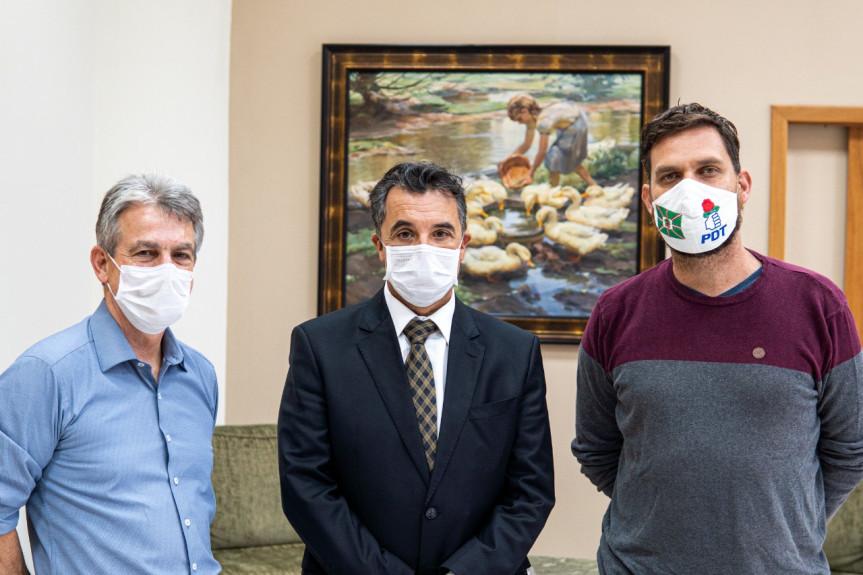 Os deputados Tadeu Veneri e Goura com o presidente do TJ-PR, desembargador José Laurindo de Souza Netto.