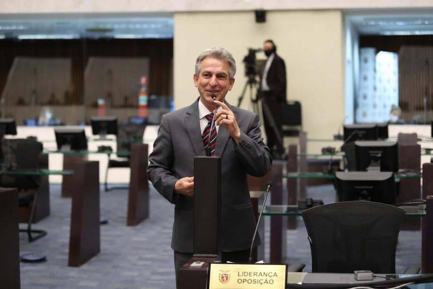 Evento proposto pelo deputado Tadeu Veneri (PT), presidente da Comissão de Direitos Humanos e Cidadania da Assembleia Legislativa do Paraná, debate a matriz curricular no Ensino Médio.