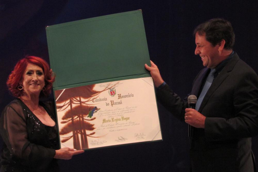 Deputado Chico Brasileiro (PSD) entrega título de Cidadania Honorária do Paraná à atriz Regina Vogue.