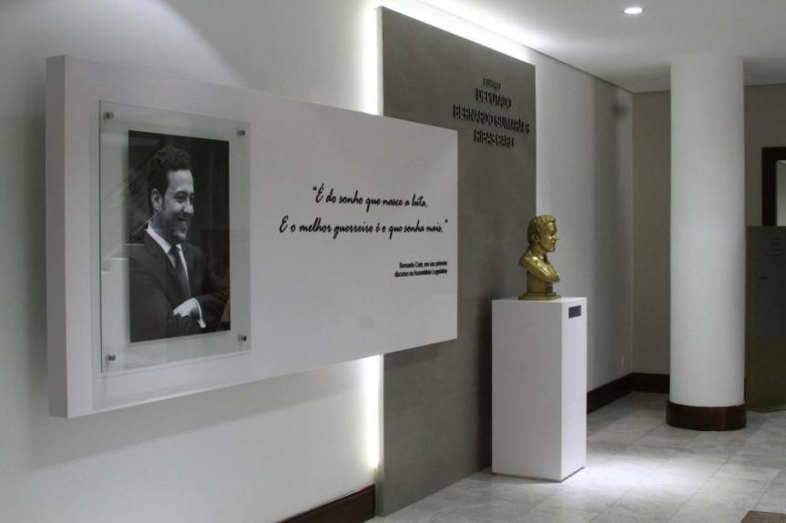 Espaço Deputado Bernardo Guimarães Ribas Carli, localizado no hall de acesso às salas da Mesa Executiva da Assembleia Legislativa do Paraná.