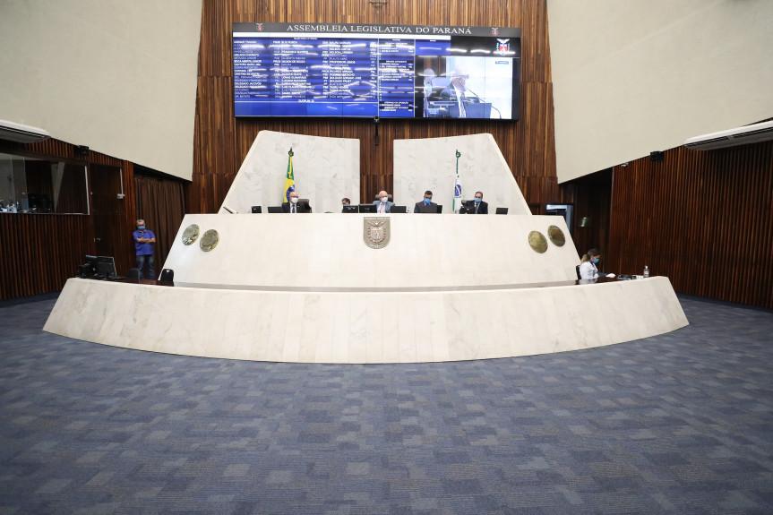 Sessão plenária remota da Assembleia Legislativa do Paraná desta segunda-feira (5) aprovou projeto que reduz a alíquota de ICMS sobre o vinho e suco de uva produzidos no estado.