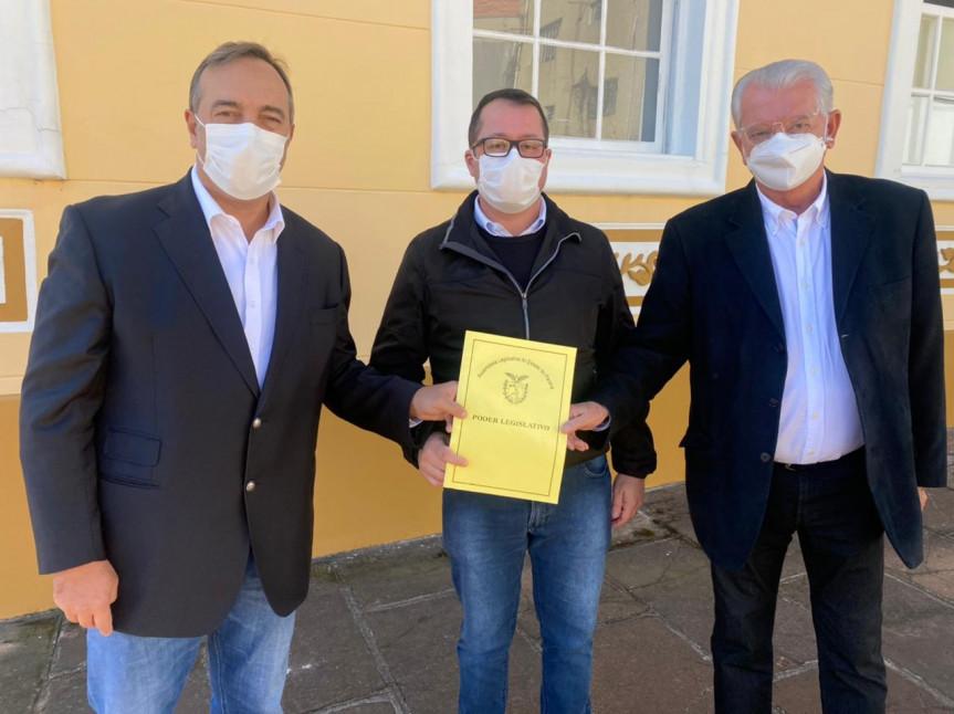 Deputados Delegado Francischini e Nelson Justus se reuniram com o prefeito da Lapa, Diego Ribas, para tratar dos casos suspeitos de vacinação na cidade.