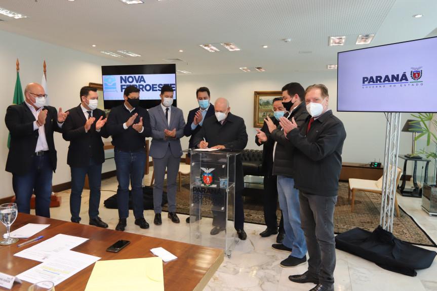 Na presença do governador, presidente Traiano promulga PEC que vai agilizar construção da Nova Ferroeste.