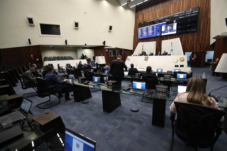 Deputados aprovaram projeto que garante a manutenção do Cartão Futuro Emergencial até o final da pandemia.