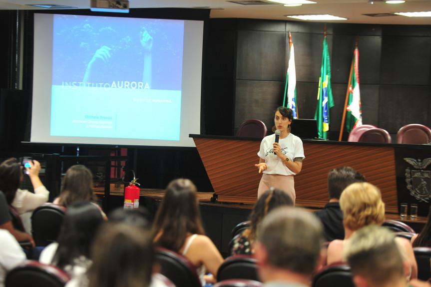 A jornalista ichele Bravos fez uma palestra sobre uma cidade melhor para todos incluindo o protagonismo juvenil aos participantes da Caravana da Cidadania.
