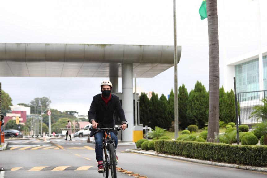 Deputado Goura (PDT) veio ao trabalho de bicicleta para a Assembleia Legislativa, mesmo com a garoa fina que foi registrada em Curitiba pela manhã desta sexta-feira.