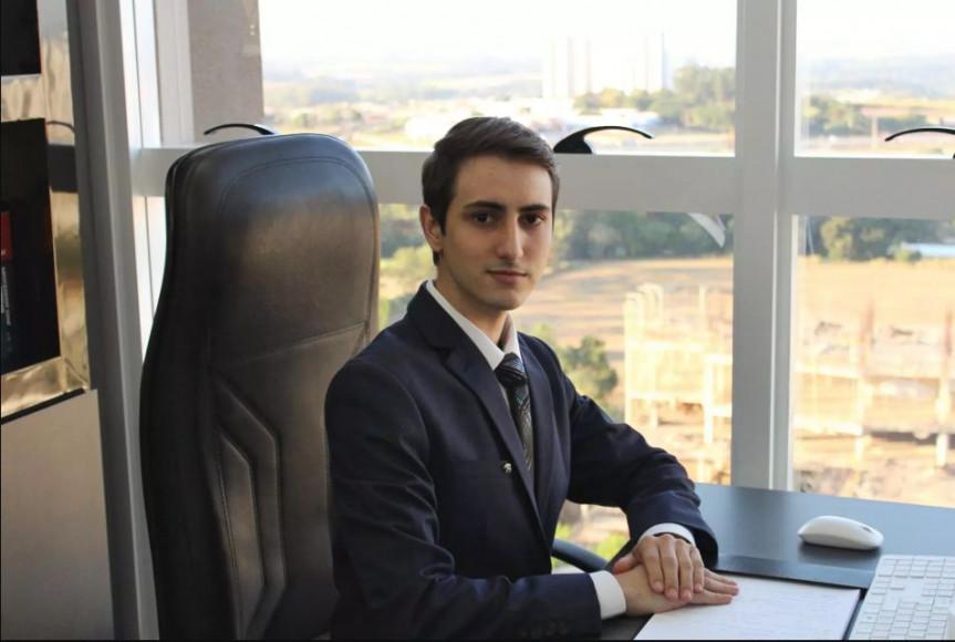 Thiago dos Santos é o professor de ensino superior mais jovem do Brasil, com 23 anos .