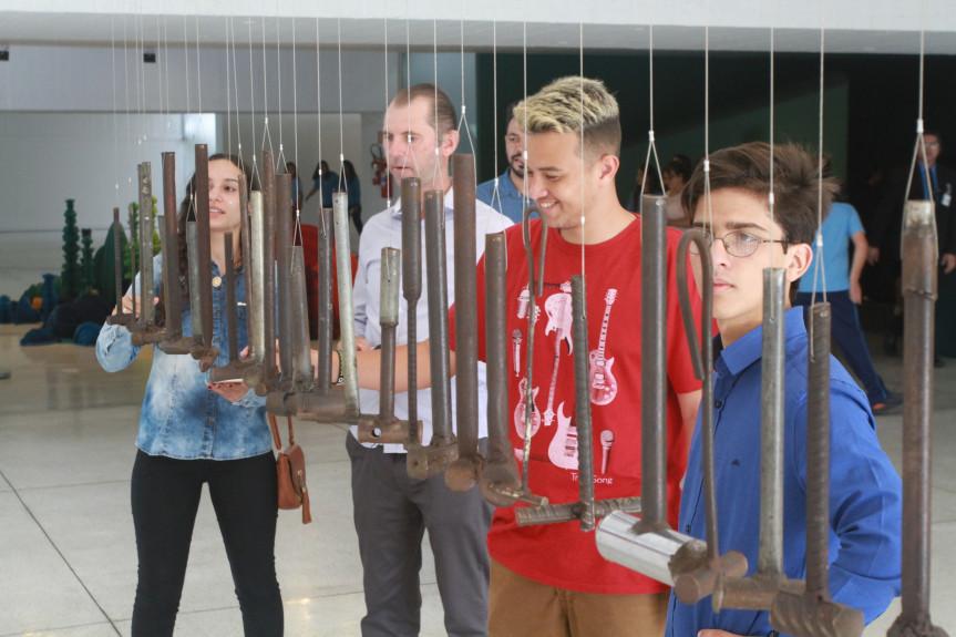 Estudantes do projeto Geração Atitude conhecem o Museu Oscar Niemeyer e visitam as exposições em cartaz.