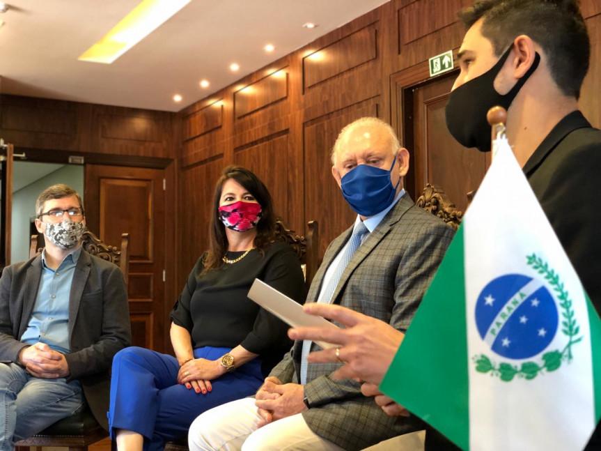 Presidente da Assembleia, deputado Ademar Traiano (PSDB), recebe do superintendente de Inovação, Henrique Domakoski, a nova Lei de Inovação do Paraná.