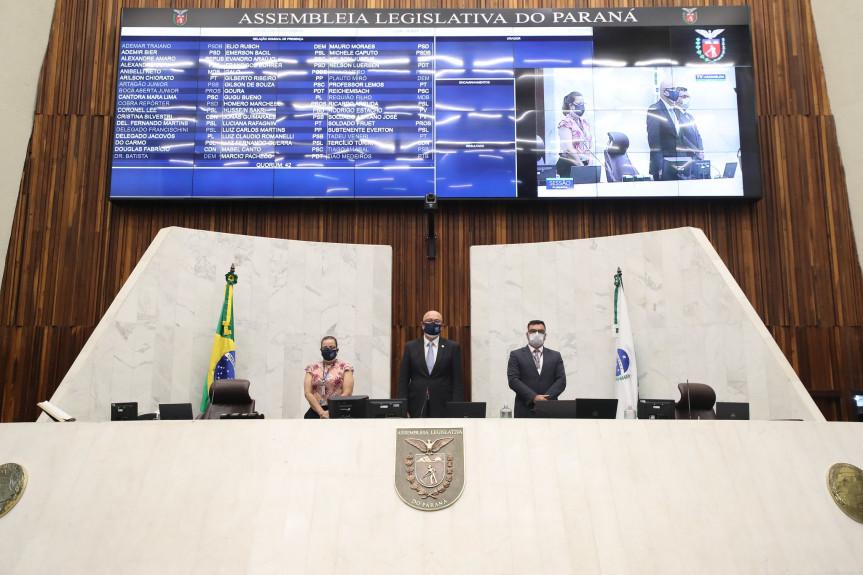 Sessão plenária da Assembleia Legislativa do Paraná foi marcada por homenagens ao deputado Schiavinato.