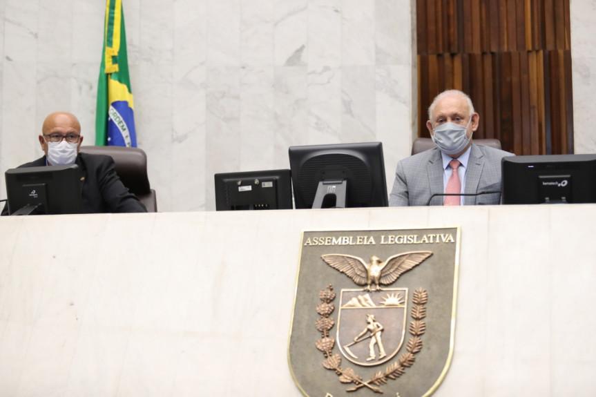 Deputado Luiz Claudio Romanelli (PSB), primeiro secretário, e o deputado Ademar Traiano (PSDB), presidente da Assembleia Legislativa, durante sessão desta quarta-feira (03).