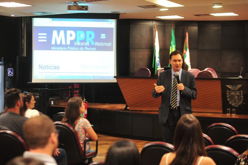 No último dia da Caravana da Cidadania os participantes do Geração Atitude puderam conhecer o funcionamento do Ministério Público.